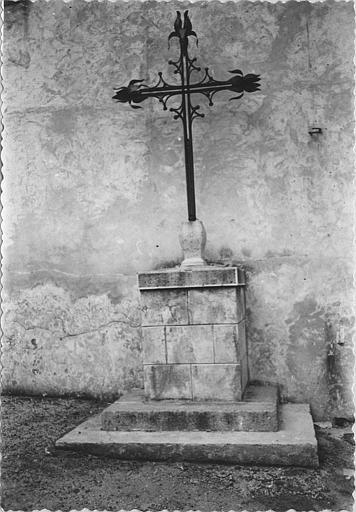 Croix, girouette : croix en fer forgé servant à l'origine de girouette, fixée dans un socle ; après restauration