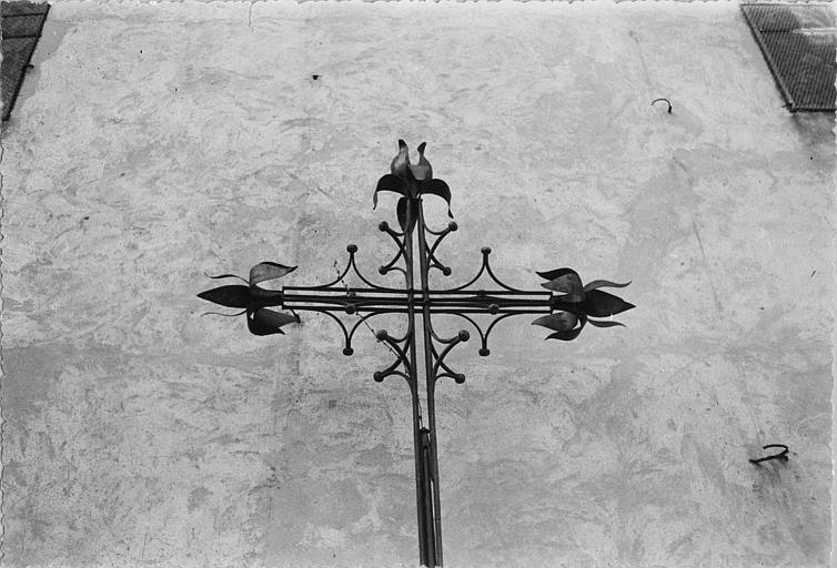 Croix, girouette : croix en fer forgé servant à l'origine de girouette ; après restauration (détail)