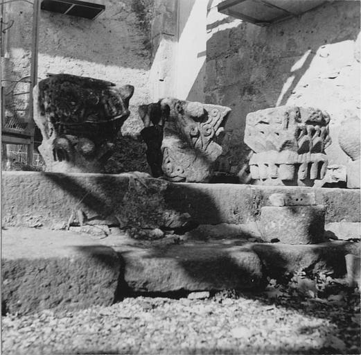 Chapiteaux (3) : trois chapiteaux à motifs stylisés, pierre sculptée