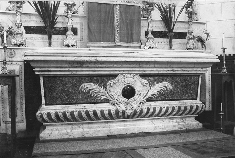 Autel, gradin d'autel : autel en forme de sarcophage sculpté d'un cartouche et de palmes, marbre polychrome