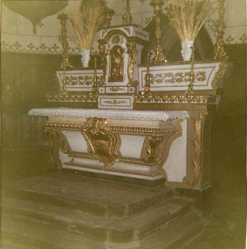 Autel, gradins d'autel, tabernacle : autel galbé sculpté d'un cartouche à l'agneau, tabernacle à fronton cintré