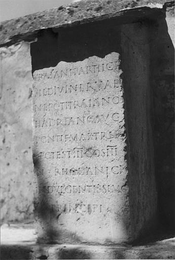 Plaque commémorative : plaque de pierre gravée d'une inscription