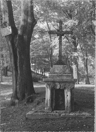 Calvaire : socle en pierre sculpté de deux colonnettes surmonté d'une croix en fer