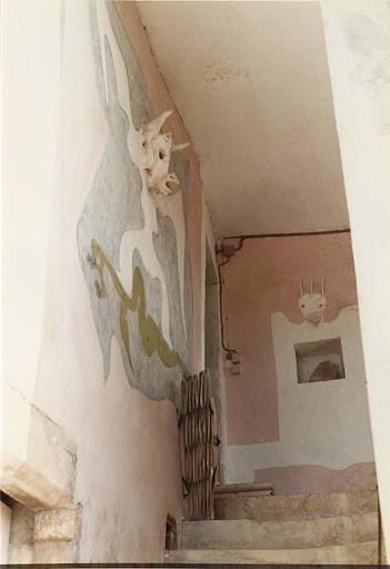 Peinture monumentale, relief : murs de l'accès à la terrasse, peints de personnages dont les têtes sont en relief