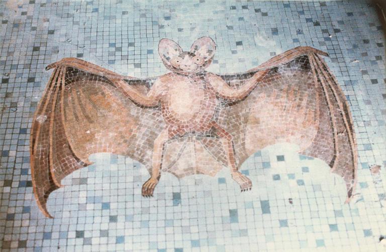 Carrelage de sol : mosaïque représentant une chauve-souris