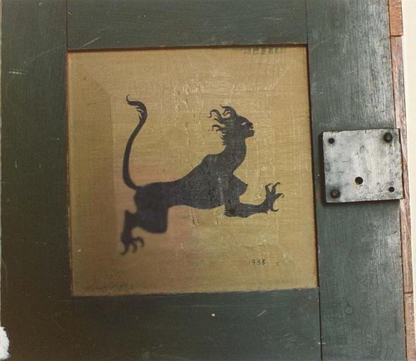 Peinture monumentale : personnage fantastique mi félin, mi femme, peint sur une porte de meuble