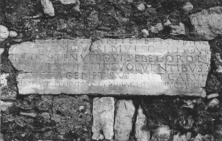 Plaque funéraire : plaque de pierre gravée d'une inscription, de l'évêque Lucianus