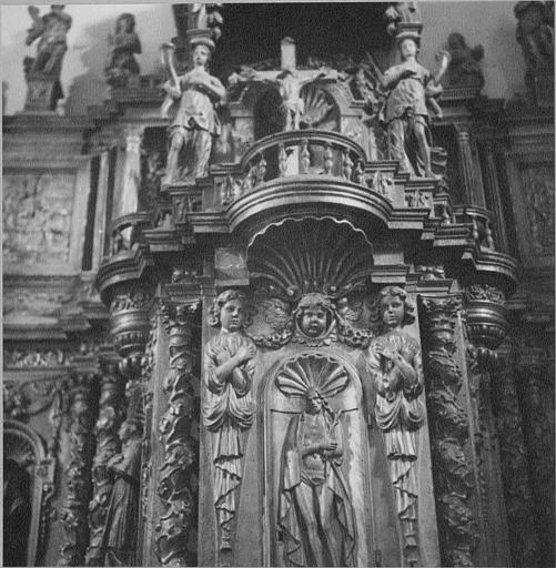 Tabernacle : détail de la partie centrale sculptée du Christ, d'anges, de motifs décoratifs, bois sculpté, doré
