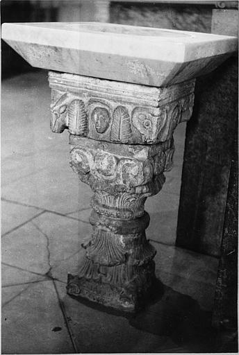 Chapiteau : chapiteau figuré réutilisé comme socle de bénitier, pierre sculptée