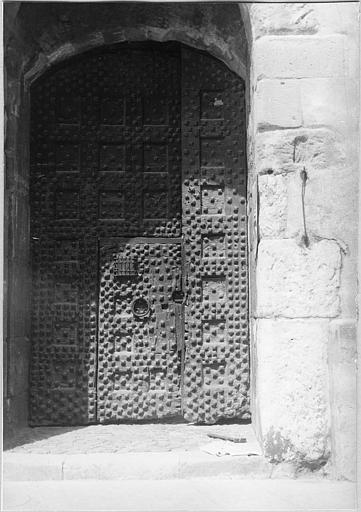 Porte de la poterne, bois et ferrures, décor de clous