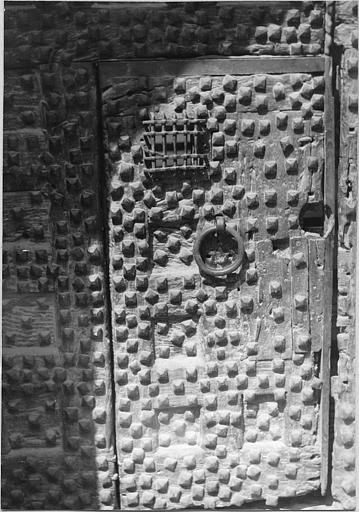 Porte de la poterne, bois et ferrures, décor de clous (détail)