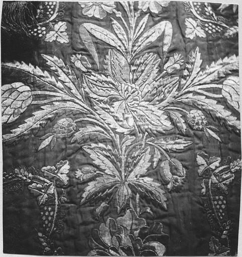 Chasuble : taffetas brodé de fils d'or, détail des motifs brodés