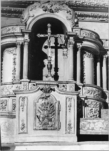 Tabernacle, exposition, croix d'autel : tabernacle et exposition architecturés en bois sculpté