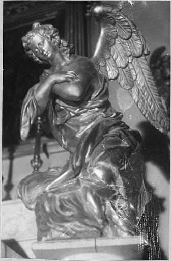 Statue : ange adorateur, bois sculpté, doré
