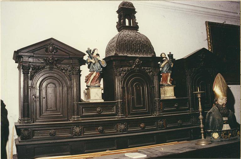 Meuble de sacristie : meuble à deux corps, partie supérieure architecturée (détail)