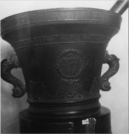 Mortier de pharmacie en bronze, anses en forme de poissons stylisés, armoiries