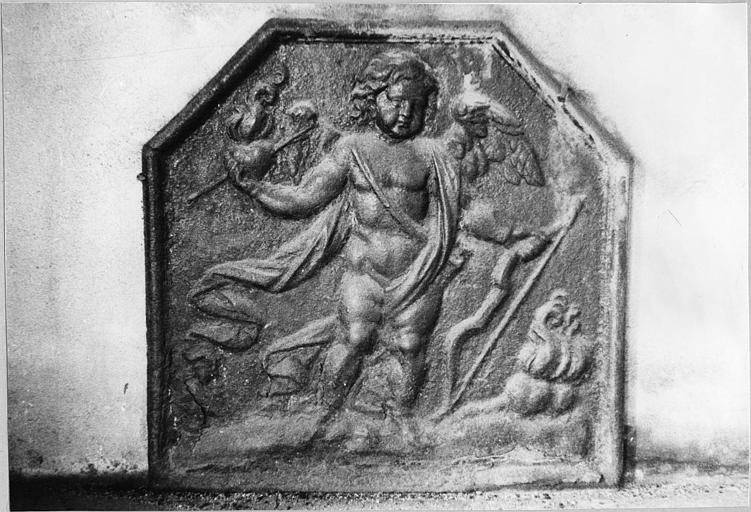 Plaque de cheminée : décor en bas-relief, l'Amour tenant un coeur enflammé percé d'une flèche, fonte