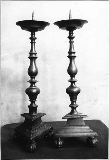 Chandeliers d'autel (2) : paire de chandeliers d'autel de forme balustre, bronze