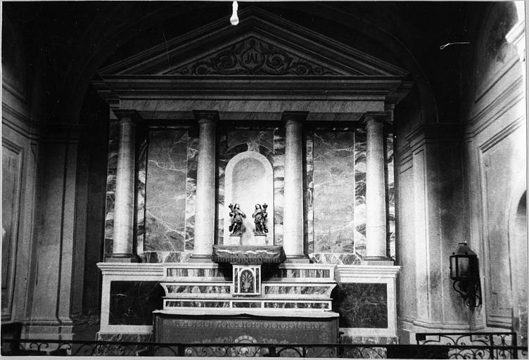 Autel, gradins d'autel, tabernacle, retable : retable imitant une façade de temple antique, bois peint