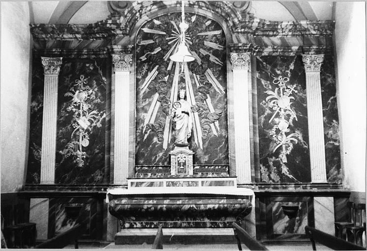 Autel, gradins d'autel, tabernacle, retable : autel galbé, retable architecturé peint en marbre feint, bois peint