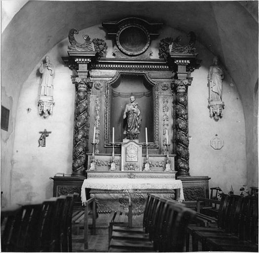 Autel, retable : autel latéral sud, galbé, retable architecturé surmonté d'un médaillon et de cornes d'abondance ; avant restauration