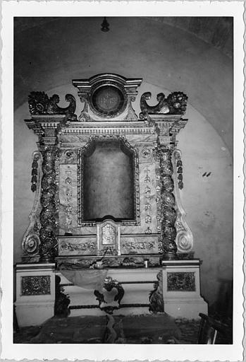 Autel, retable : autel latéral sud galbé, retable architecturé orné de cornes d'abondance ; pendant restauration