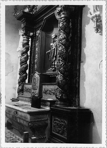 Autel, retable : autel latéral sud galbé, retable architecturé ; avant restauration (trois quart)