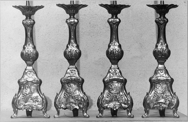 Chandeliers d'autel : décor de volutes, épis de blé, grappes de raisin, laiton doré