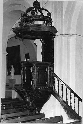 Chaire à prêcher : tribune sculptée d'un aigle aux ailes déployées et de termes féminins, bois sculpté