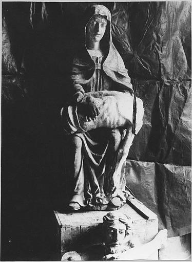 Groupe sculpté : 'Vierge de Pitié', bois sculpté, peint ; pendant restauration