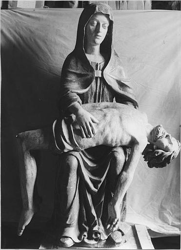 Groupe sculpté : 'Vierge de Pitié', bois sculpté, peint ; après restauration