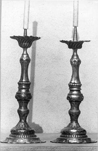 Chandeliers d'autel (2) : décor de godrons, feuilles d'acanthe, motifs géométriques, métal argenté
