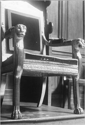 Fauteuil de célébrant : à la reine, consoles d'accotoirs à tête de lion, pieds antérieurs à patte de lion