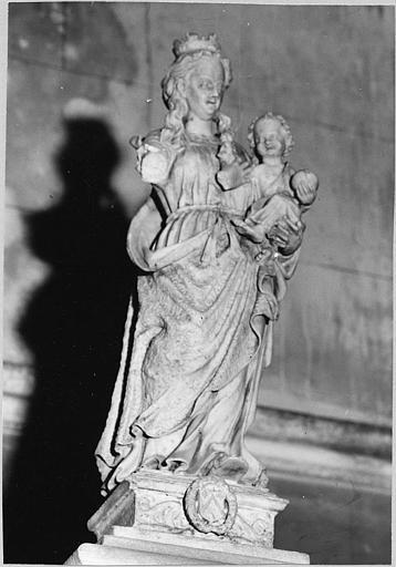 Groupe sculpté (statuette) : 'Vierge à l'Enfant', pierre calcaire sculptée
