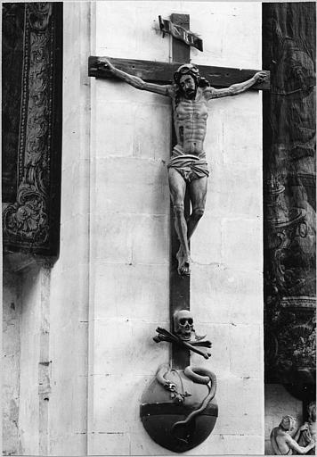 Statue : 'Christ en croix', bois sculpté, peint