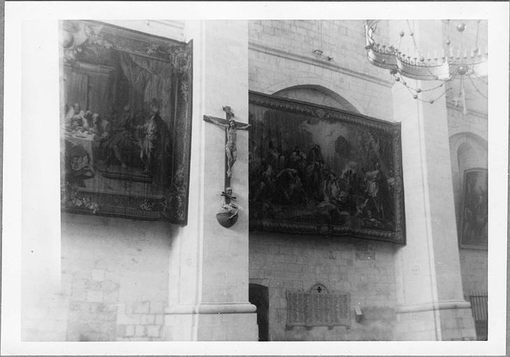Pièce murale, statue : 'Le Baptême du Christ', tapisserie, 'Christ en croix', bois sculpté, peint