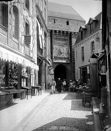 Porte de ville, côté rue commerçante