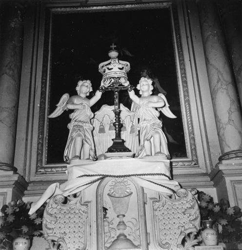 3 autels (maître-autel, autels secondaires)