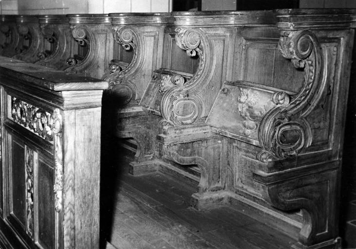 Stalles et miséricordes sculptées avec décor floral, chêne