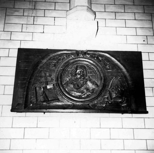 Bas-relief orné d'un médaillon représentant un abbé ou un évêque, chêne