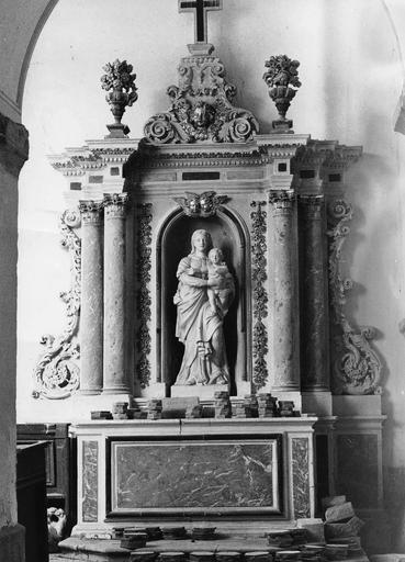 Retable et autel latéral nord, statue : Vierge à l'Enfant, pierre, marbre