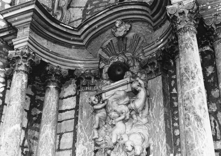 Maître-autel, baldaquin, retable, détail de la partie supérieure, bois peint, marbre, stuc