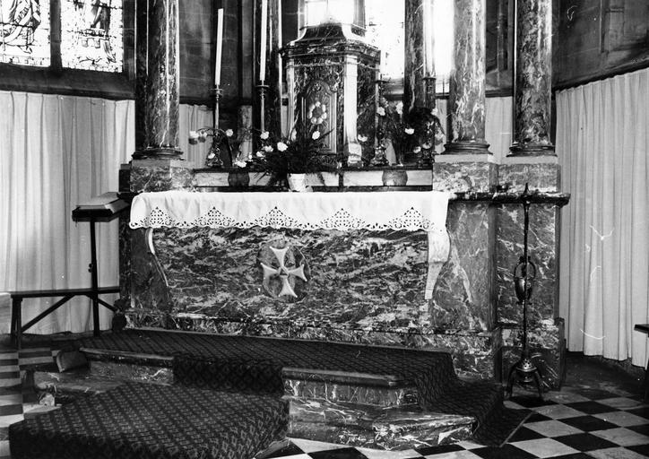 Maître-autel, détail de l'autel et du tabernacle, bois doré et peint, marbres rouges et gris