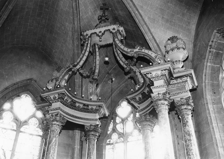Maître-autel, détail de la partie supérieure du baldaquin, bois doré et peint, marbres rouges et gris