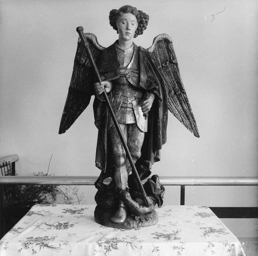 Groupe sculpté : saint Michel terrassant le dragon, bois