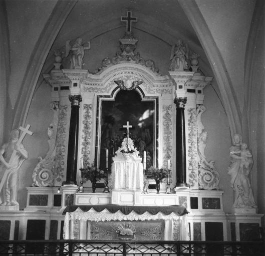 Maître-autel et deux statues : Vierge à l'Enfant et Christ portant sa croix, pierre et marbre