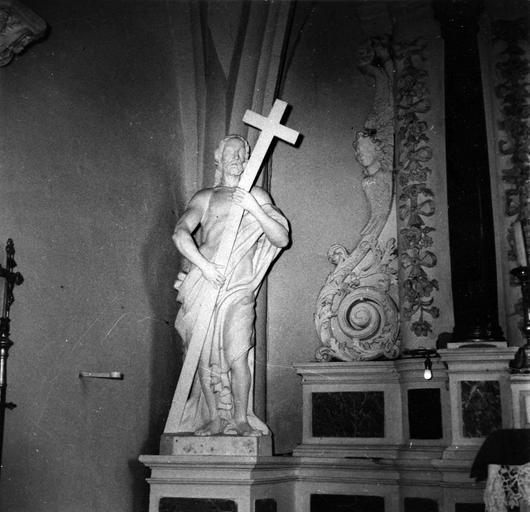 Statue : Christ portant sa croix, pierre et marbre