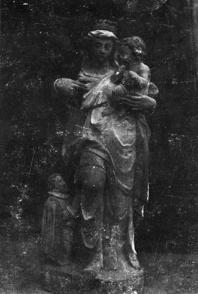 groupe sculpté : Vierge et donateur, vue générale