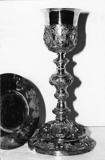 Calice à médaillons ornés de scènes figuratives, et sa patène gravée du monogramme IHS et de la couronne d'épines, argent doré