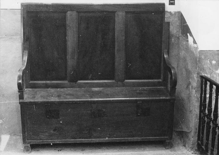 Fauteuil de célébrant à trois places et assise servant de coffre, bois de noyer taillé